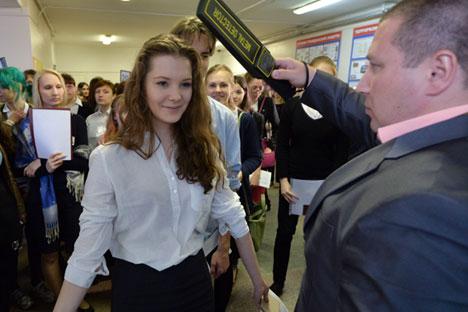 Estudiantes acceden al examen pasan por un detector de metales. Fuente: RIA Novosti.