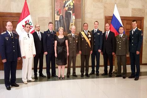 El Mayor General del Ejército ruso, Yuri Piskunov, en el centro de la imagen con militares rusos y peruanos. Fuente: Cortesía de la Embajada de Rusia en Perú.
