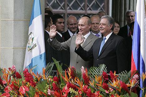 Vladímir Putin y Oscar Berger, expresidente de Guatemala, durante la visita del mandatario ruso en el 2007. Fuente: Servicio de prensa del presidente de Rusia