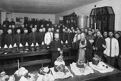 Pope de San Petersburgo bendice una comida de Pascua en una academia militar en la década de 1910. Fuente: ullstein / Vostock-Photo