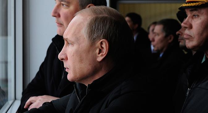Vladímir Putin junto con el vice primer ministro Dmitri Rogozin (a la derecha) y Valeri Guerásimov, jefe del Estado Mayor (a la espalda). Fuente: AP