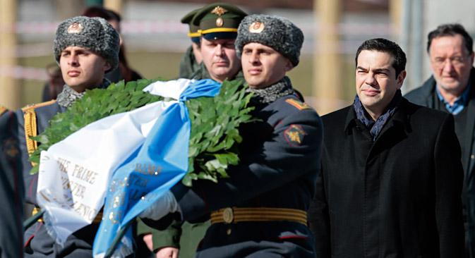 El primer ministro griego Alexis Tsipras durante la ofrenda floral en la tumba del Soldado Desconocido en Moscú. Fuente: AP