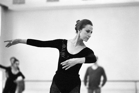 Ensayo de la bailarina Maya Plisetskaya en el Teatro Bolshói de Moscú en 1985. Fuente: TASS.