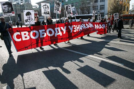 Miembros de la oposición con cárteles que piden la liberación de los detenidos el 6 de mayo de 2012, durante una marcha a favor de la libertad de prensa en Moscú. Fuente: EPA