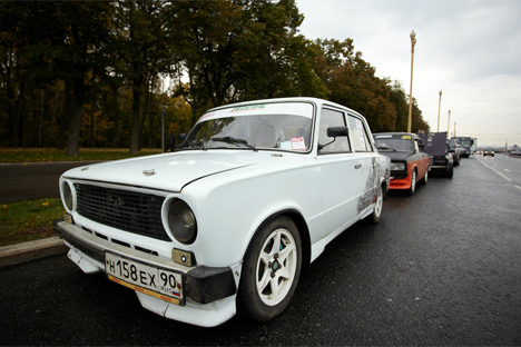Numerosos jóvenes se dedican a transformar viejos automóviles rusos en modernos coches. Fuente: Elena Pochetova