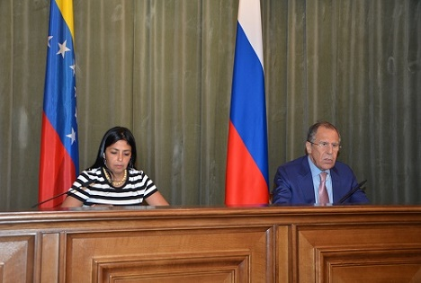 El ministro de Exteriores ruso, Serguéi Lavrov, con su homóloga venezolana Delcy Rodríguez. Fuente: Embajada de la República Bolivariana de Venezuela en Rusia.