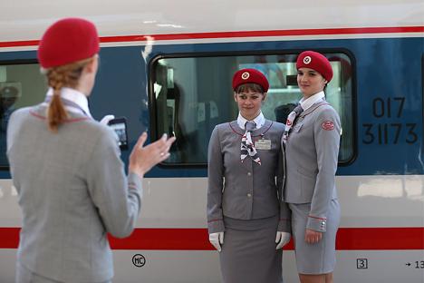 """Trabajadoras del nuevo tren """"Strizh"""" (Vencejo), que cubre el trayecto entre Moscú y Nizhni Nóvgorod y ha sido construido por la empresa española Talgo. Fuente: Valeri Sharifulyán/TASS."""