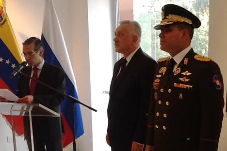 Vladimir Padrino López, ministro de Defensa de Venezuela (a la derecha) junto a Vladímir Zaemski, embajador de Rusia. Fuente: Elena Nóvikova