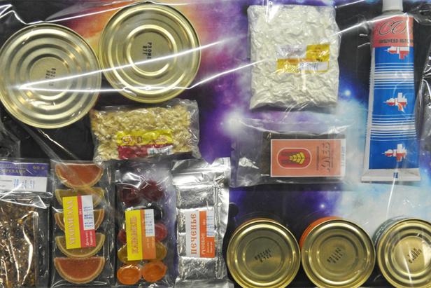Comida espacial: do tubo de borsch de Gagárin ao caviar seco width=