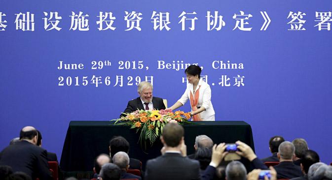 El delegado ruso antes de la firma del acuerdo para unirse al Banco Asiático de Inversión en Infraestructura en el Gran Salón del Pueblo de Pekín. Fuente: Reuters