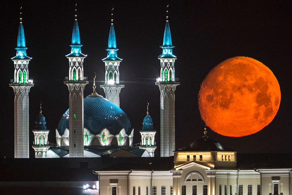 Luna llena sobre la mezquita Qol Sharif, en Kazán, capital de Tatarstán