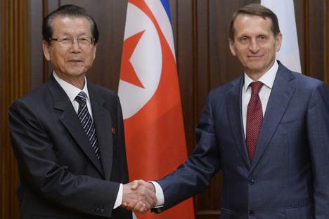 Serguéi Naryshkin, portavoz de la Duma, con Choe Thae-bok director de la Asamblea Popular de Corea del Norte en Moscú. Fuente: RIA Novosti / Vladímir Fedorenko.
