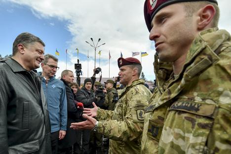 El presidente ucraniano, Petró Poroshenko, charla con soldados en una ceremonia militar con motivo de unos ejercicios de adiestramiento con militares ucranianos y estadounidenses en un polígono de la región de Lvov