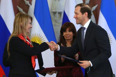 La ministra argentina de Energía, Débora Giorgi, con el ministro ruso de Comercio, Denís Manturov, durante la firma de acuerdos bilaterales en el Kremlin el pasado mes de abril. Fuente: TASS / Valeri Sharifulin