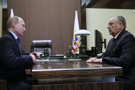 Vladímir Putin junto a Serguéi Mitin, gobernador de la región de Nóvgorod, durante su encuentro en la residencia de Bochárov Ruchei en Sochi