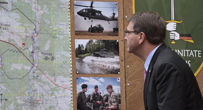 El secretario de Defensa de EE UU, Ash Carter, observa un mapa de maniobras militares durante su visita a Alemania, el pasado 22 de junio. Fuente: AP.