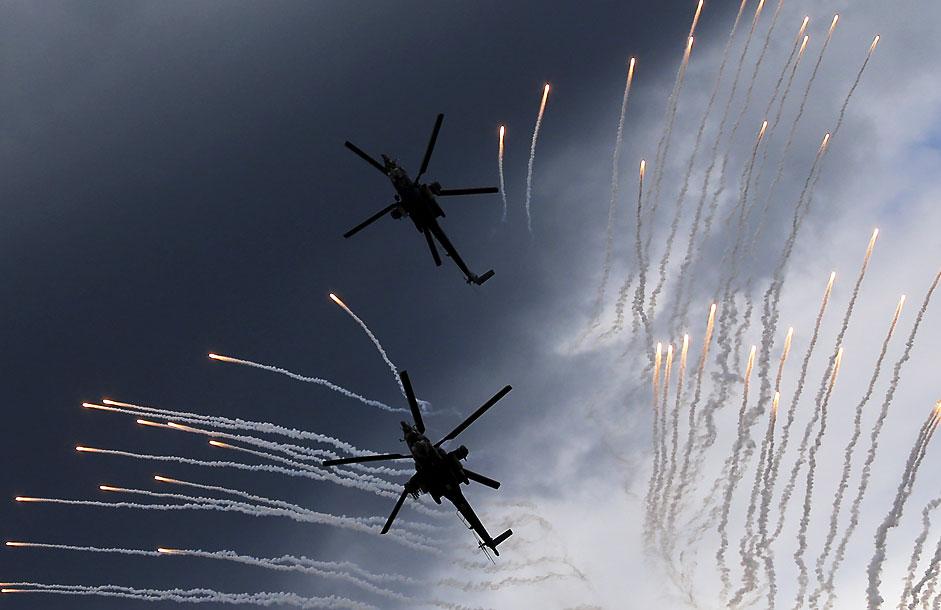 Helicóptero Mi-28N de las Águilas Doradas en formación de vuelo antes del accidente que causó la muerte de un piloto en la competición aérea de Aviadarts.