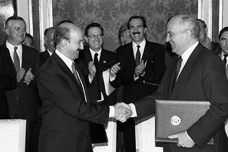 Carlos Salinas (izquierda) saluda a Mijaíl Gorbachov en 1991.