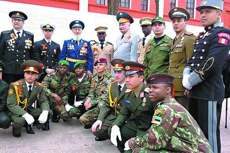 El cadete peruano Damián Rubio, quien estudia en la Escuela Militar de Blagovéshchensk (a la derecha)