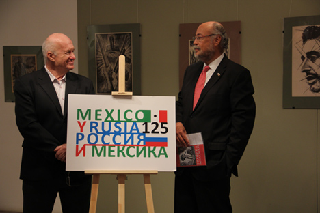 Víktor Penzin junto al embajador Rubén Beltrán Guerrero durante la ceremonía de la inauguración de la exposición