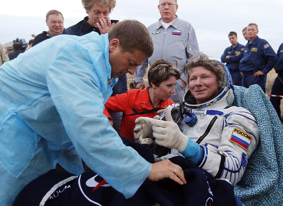 El cosmonauta ruso Guennadi Padalka tras aterrizar cerca del pueblo de Zhezkazgan, en Kazajistán.