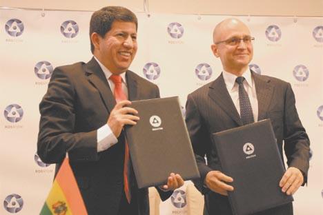 El ministro de Hidrocarburos y Energía de Bolivia, Luis Alberto Sánchez, y el director general de Rosatom, Serguéi Kirienko, tras la firma del acuerdo.