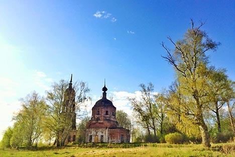 La iglesia cercana al pueblo de Chertovishchi