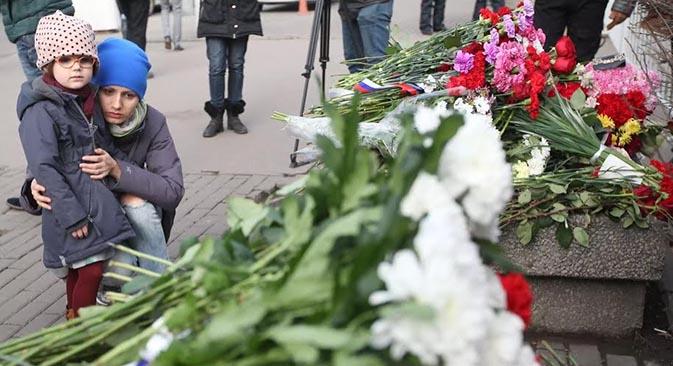 Am Morgen entstand eine spontane Gedenkstätte neben der französischen Botschaft in Moskau.