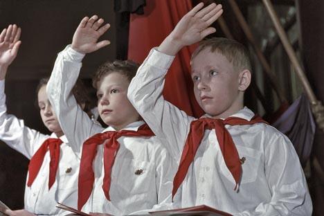 Típico saludo de los pioneros soviéticos
