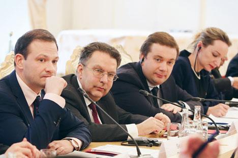 Moderador del encuentro, Sergey Brilev; director del departamento de América Latina del Ministerio de Asuntos Exteriores de Rusia, Alexánder Schetinin y director del fondo Roscongress, Alexánder Stúglev durante la presentación del Foro Económico de San Petersburgo, el 5 de febrero de 2016.