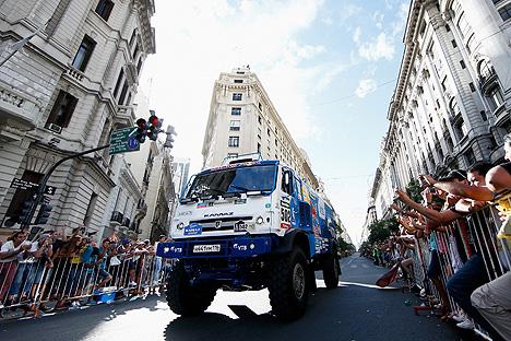 Equipo de Kamaz-Master va por las calles de Buenos Aires el primer día de rally Dakar, el 3 de enero del 2015.
