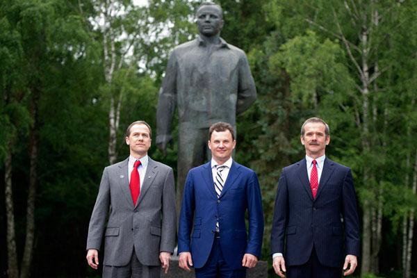 El astronauta Tom Marshburn (a la izquierda), el cosmonauta ruso Román Romanenko (centro) y el astronauta canadiense Chris Hadfield, frente a la estatua de Yuri Gagarin, en las afueras de Moscú. Foto: Reuters