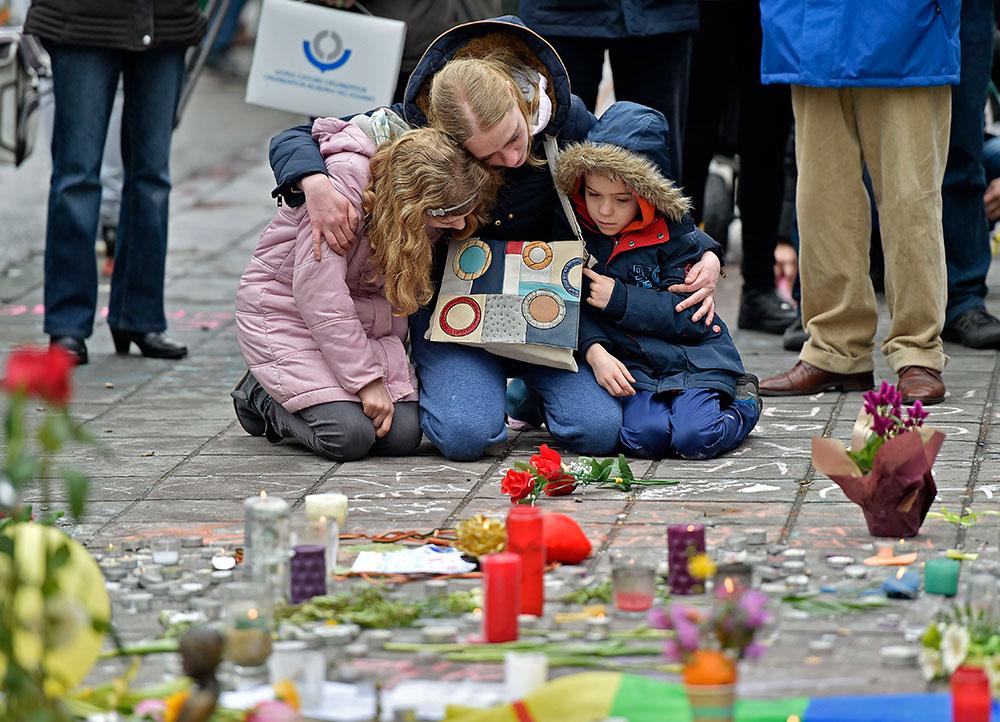 Fiori e candele per le vittime degli attentati di Bruxelles.
