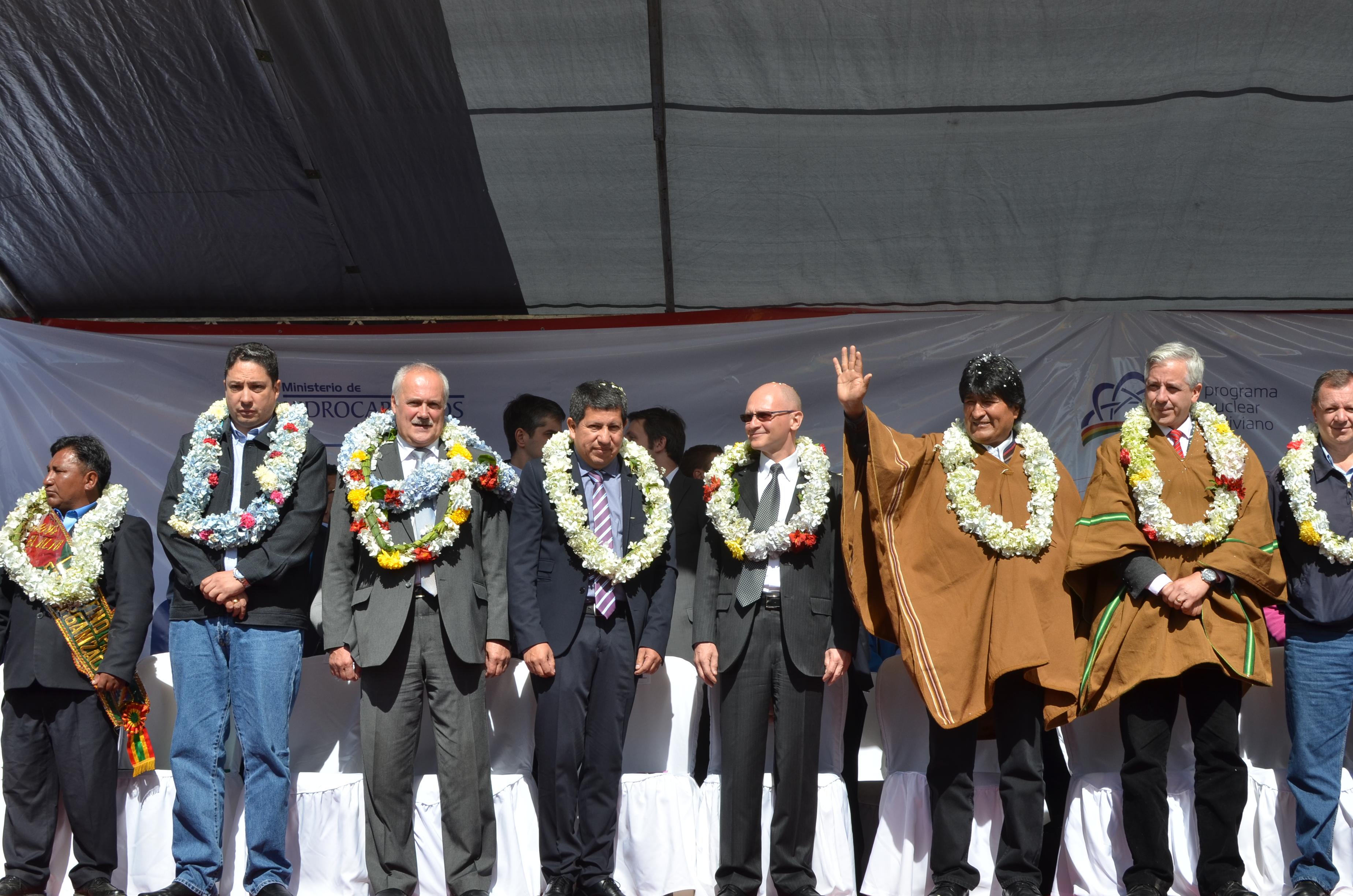 Representantes de Rosatom durante la ceremonia con el presidente Evo Morales. Fuente: Dmitri Shústov
