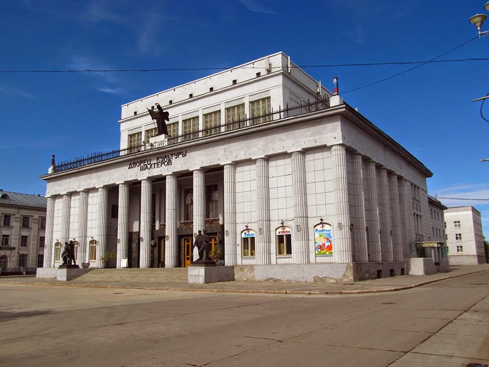 Der Kulturpalast der Minenarbeiter befindet sich auf dem Mira-Platz. 1961 entstand an der Stelle des früheren Holzhauses ein neuer, repräsentativer Bau. Am Eingang stehen Bergarbeiter-Skulpturen. Foto: Georgij Krasnikow