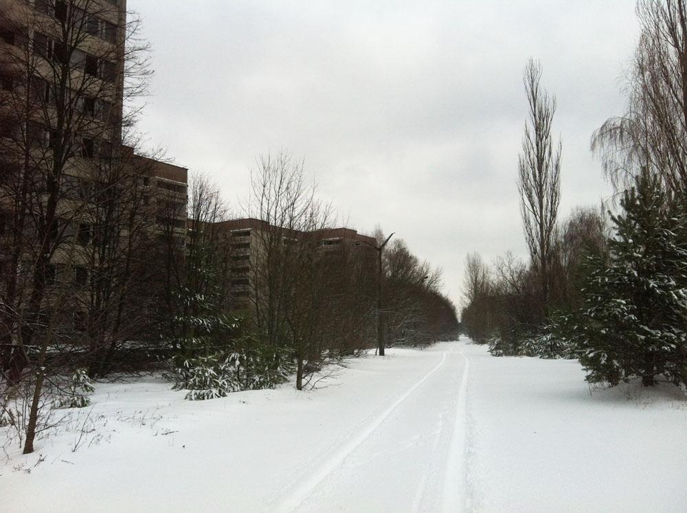 A zona está cerca de 120 quilômetros de Kiev, o que dá quase uma hora e meia de carro. Ao chegarmos ao ponto de controle de Ditiatki, pudemos ver as primeiras placas de alerta para a radiação. Cruzar aquele ponto de controle foi como chegar a um mundo completamente diferente. Uma estrada em linha reta à nossa frente estava coberta por uma fina camada de neve, que se dispersava levada por um vento gelado.