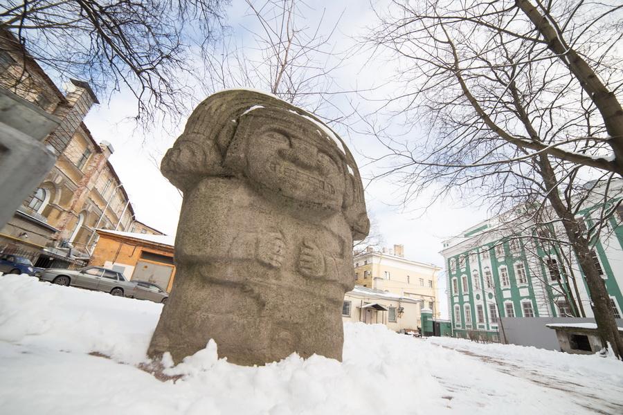 Hay varios ídolos de piedra en un jardín de la capital cultural de Rusia.