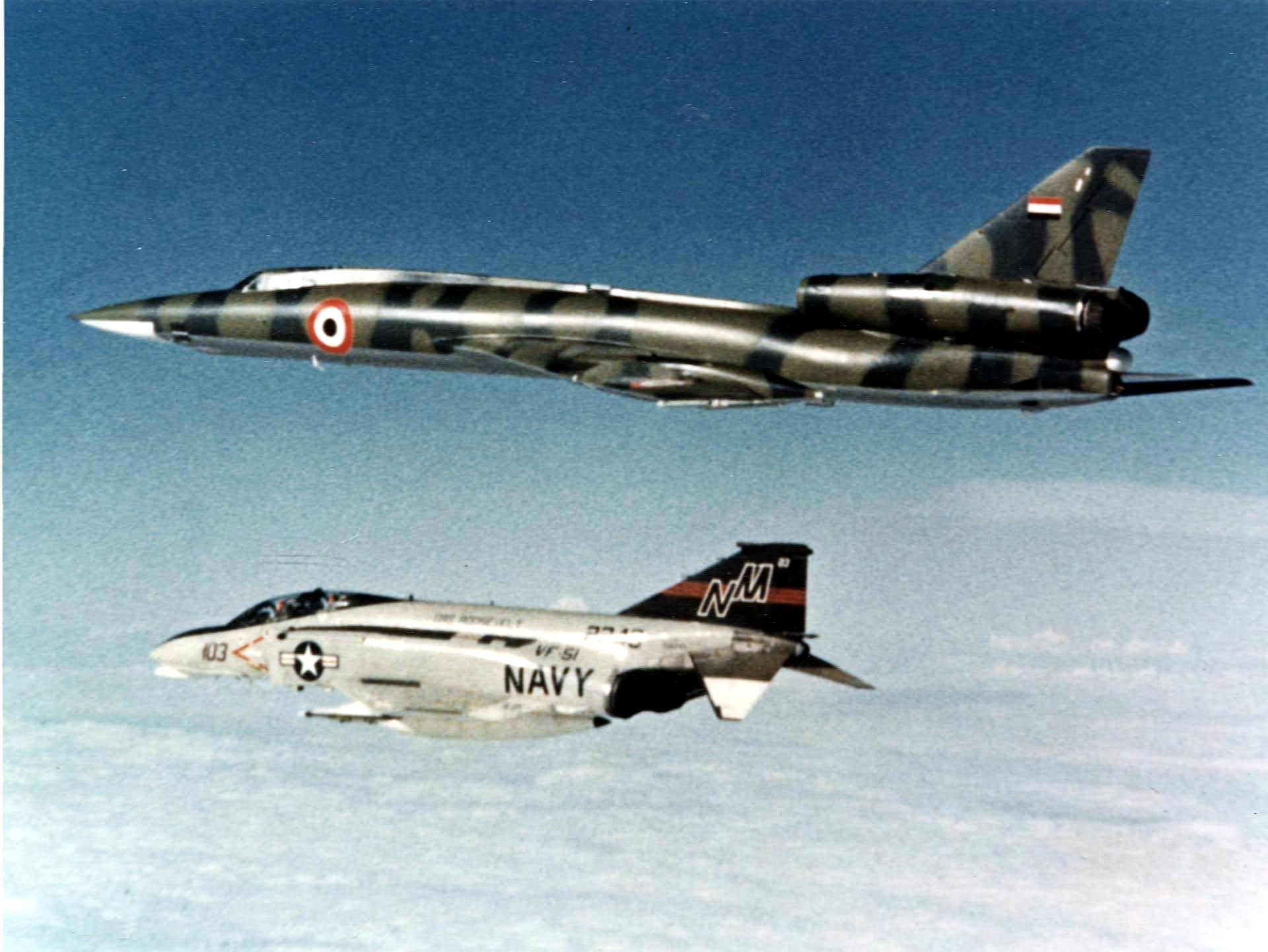 Un F-4N norteamericano intercepta un Tu-22 Blinder libio en 1977. Fuente: Wikipedia