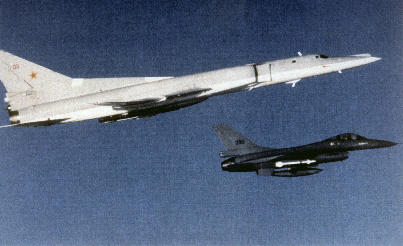 Tupolev Tu-22 interceptado por un F-16 noruego en 1986. Fuente: Wikipedia.