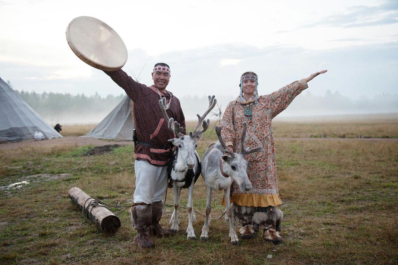 Beberapa tahun lalu, sebuah film dokumenter mengenai Yevgeny Kaipanau (kiri), eorang warga suku Chukchi berusia 36 tahun, dibuat dan mendapat penghargaan bergengsi Piala TEFI Rusia.