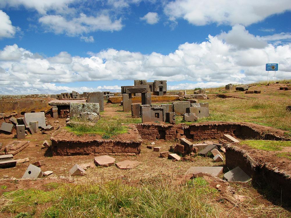 Puma Punku, un conjunto de estructuras megalíticas situado a 72 km de La Paz, cerca de la orilla oriental del lago Titicaca.