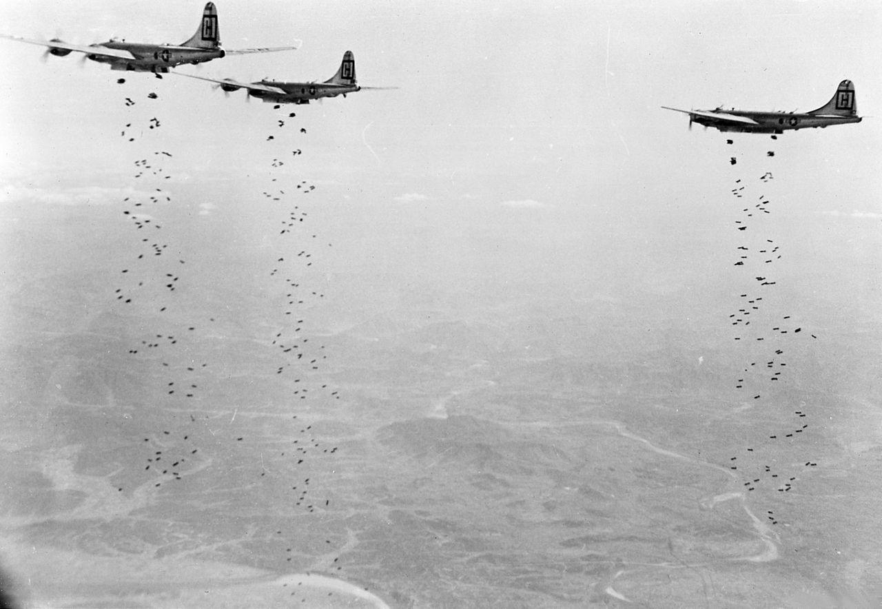 Bombarderos B-29 atacando objetivos en Corea en 1951. Fuente: Dominio público