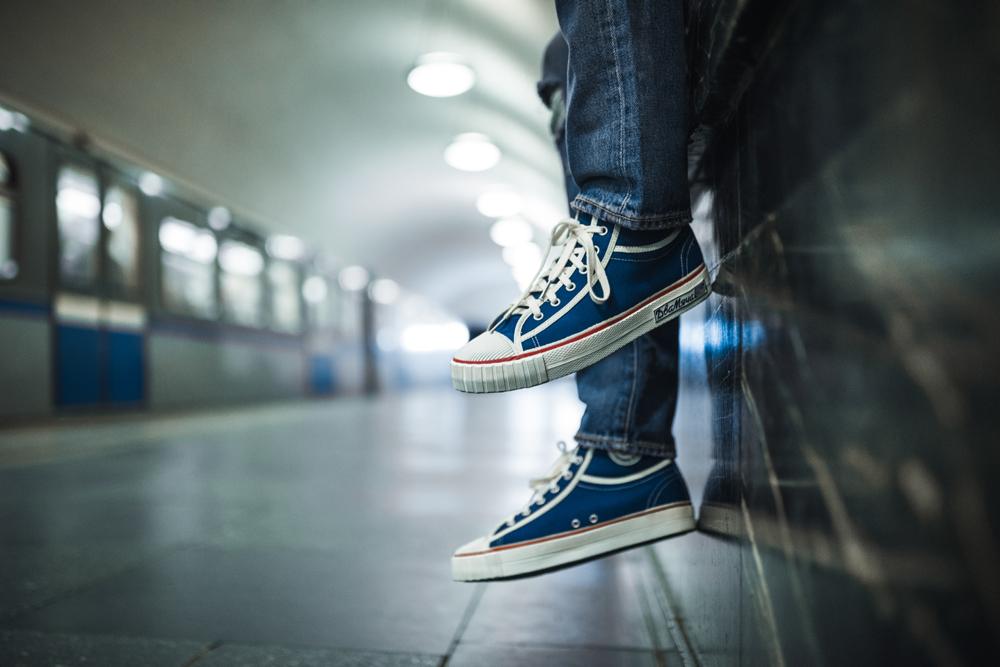 Le calzature ritratte nella metro di Mosca