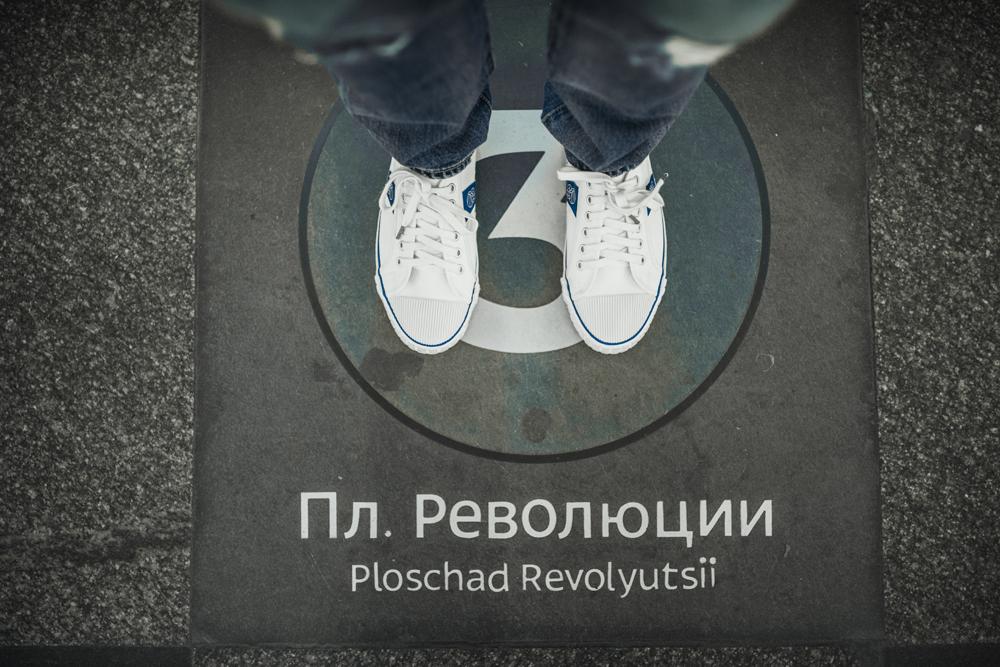 Le calzature ritratte in Piazza della Rivoluzione a Mosca