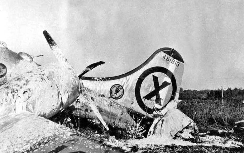 Restos de un bombardero B-29 estadounidense dañado por los MiG-15 y estrellado en un aeropuerto de Japón. Dominio público