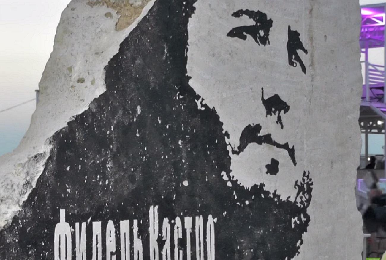 """Escultura traz a inscrição, em russo, """"A vitória é perseverança"""""""