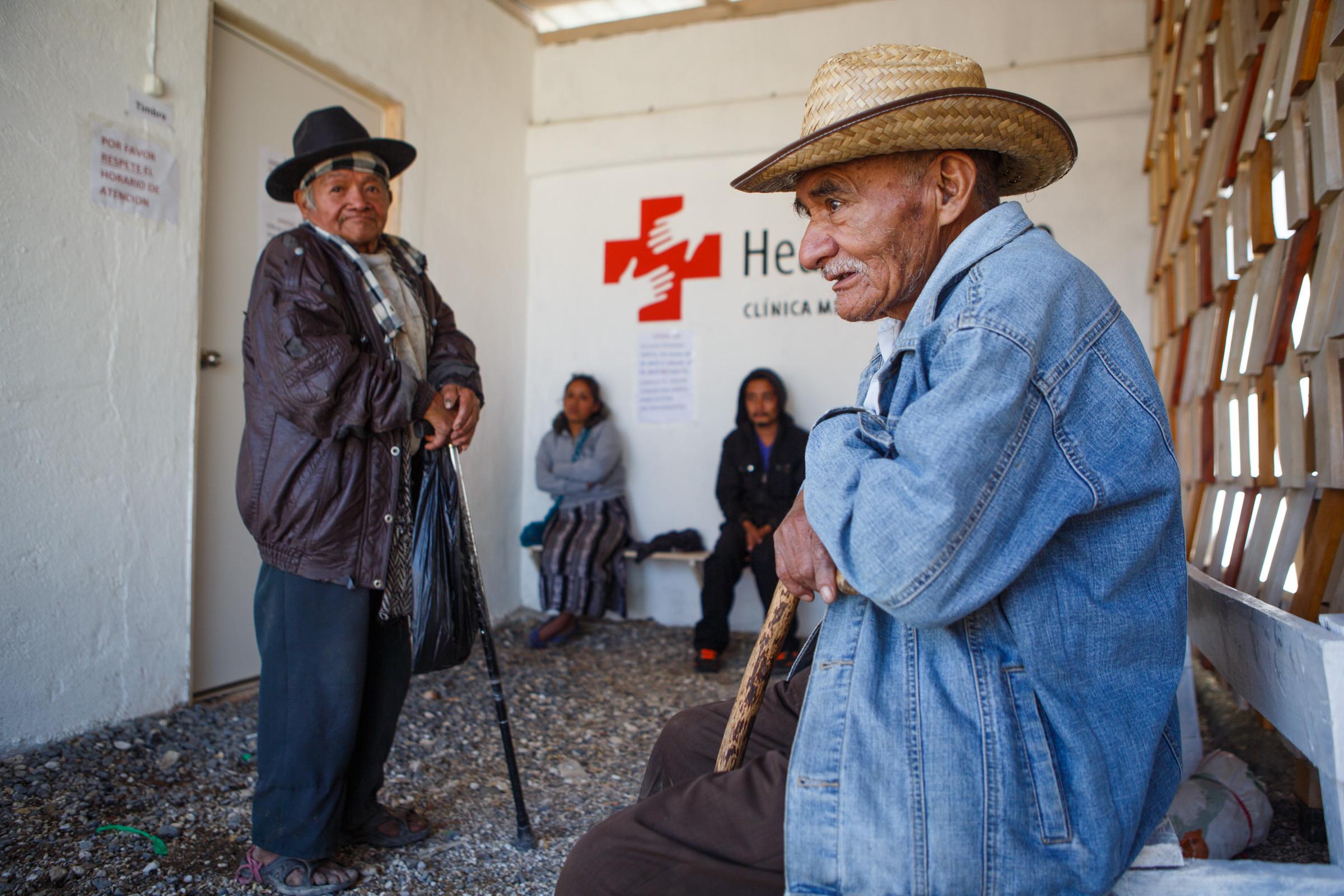 Pacientes esperando su turno en la entrada a la clínica. Fuente: Archivo personal