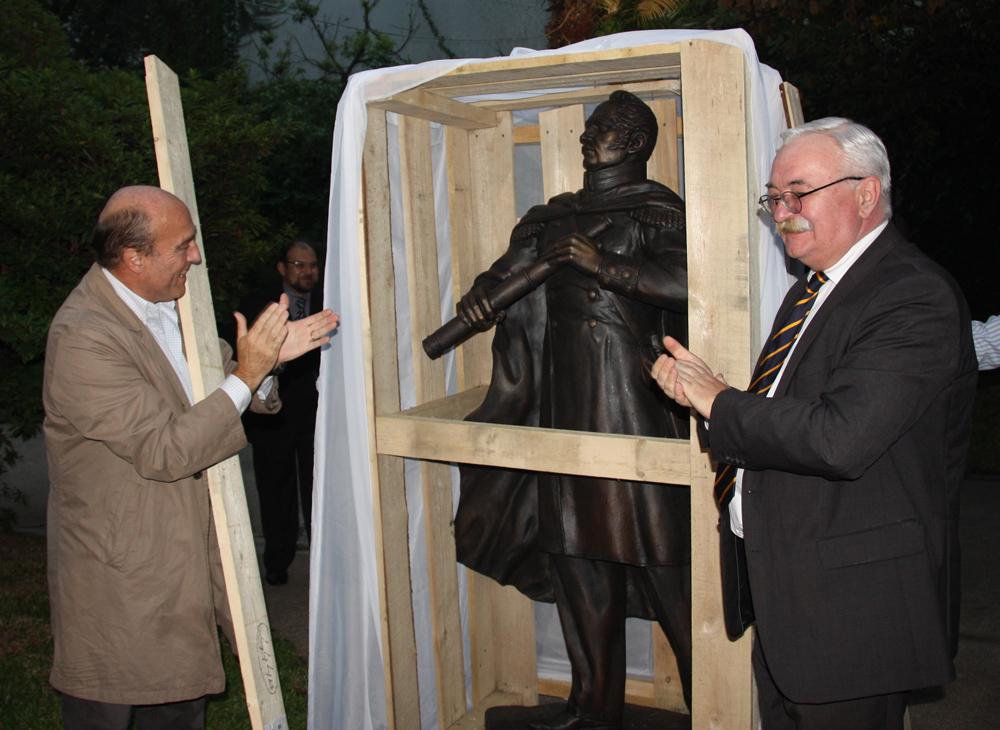 Ceremonia de entrega del monumento a Faddéi Bellingshausen a las autoridades de Montevideo en la Embajada de Rusia en Uruguay.