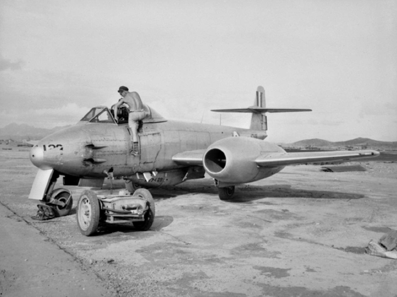 Meteor en la base de Kimpo (Corea del Sur) antes de partir en una misión de escolta de bombarderos, 1951. Dominio público