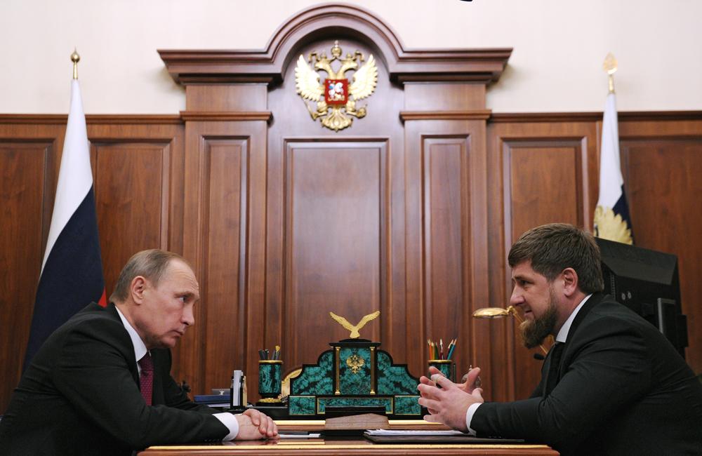 Kepala Republik Chechnya Ramzan Kadyrov (kanan) meyakinkan Presiden Rusia Vladimir Putin bahwa publikasi yang dimuat Novaya Gazeta mengenai penganiyaan terhadap kaum homoseksual di Chechnya bersifat provokatif.